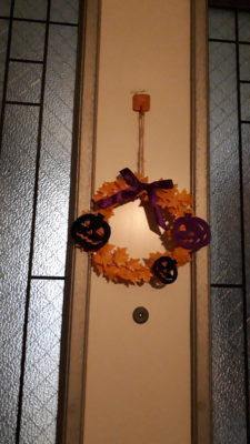 ハロウィンリースをドアに飾り付けた写真
